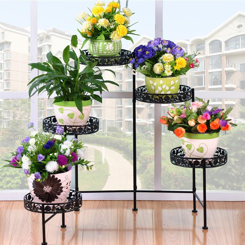 Подставка с растениями в гостиной